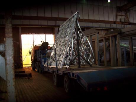 De poortdelen staan klaar voor transport naar de coaterij