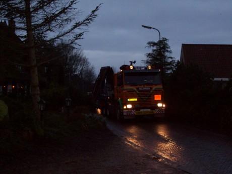 Vroeg in de morgen arriveerd de vrachtwagen met de poorten