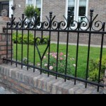 Romantisch hek tussen gemetselde palen.