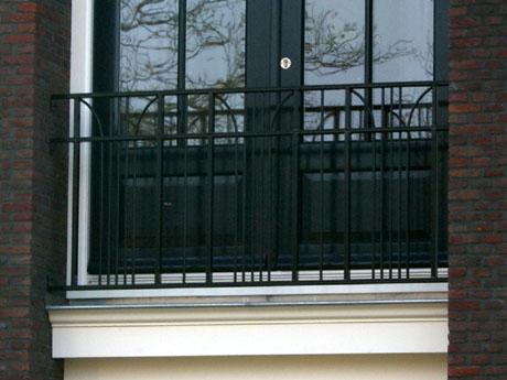 Smeedijzeren balkonhekken.