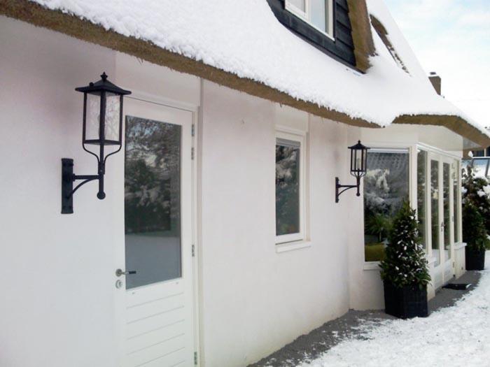 Moderne lampen aan woning.